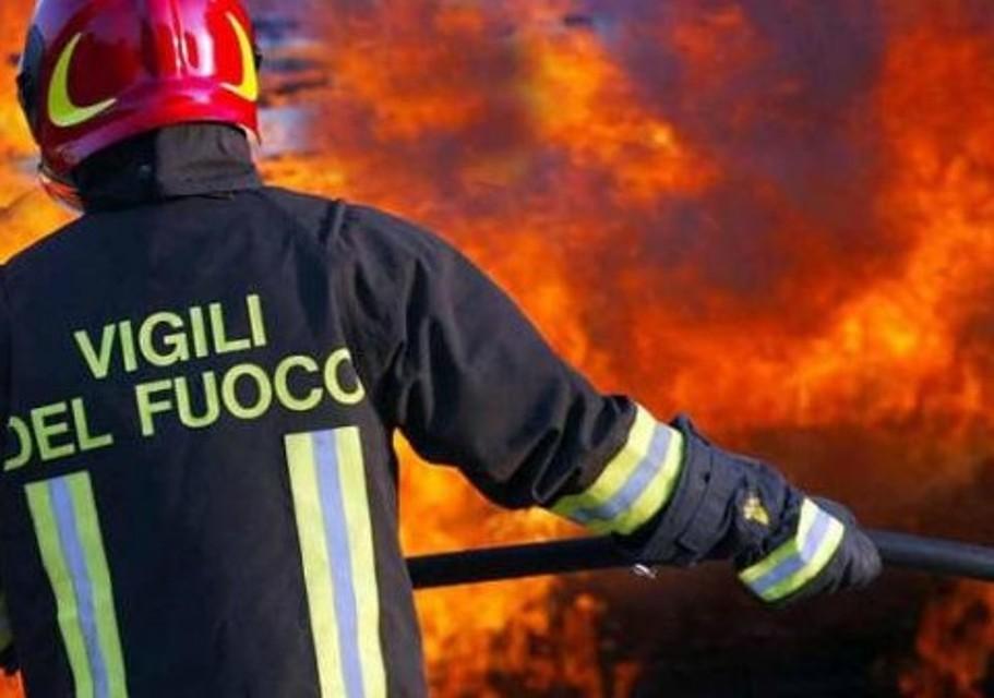 PROVOCAU INCENDII pentru a încasa zece euro pe oră: 15 pompieri voluntari anchetați în Italia