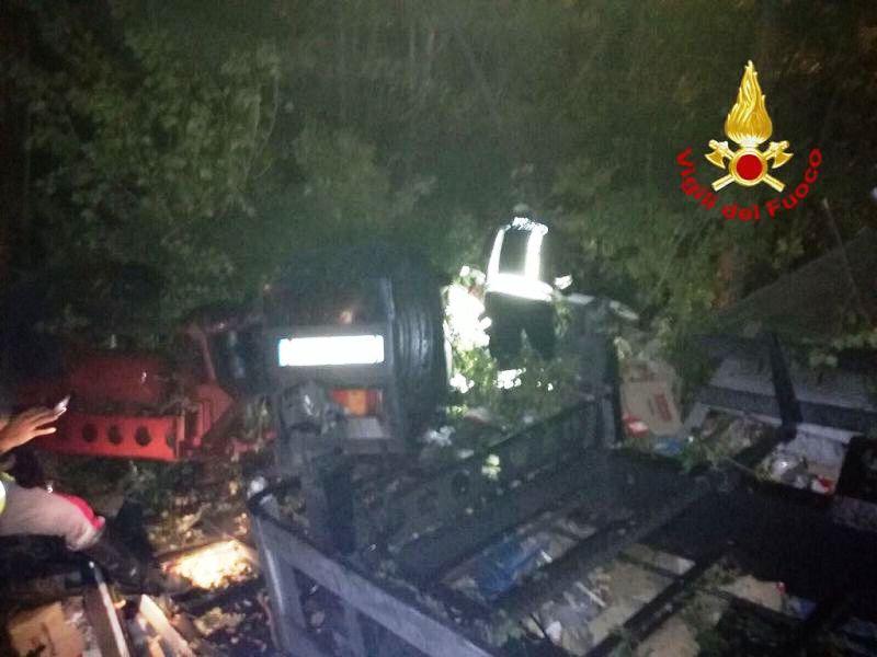 Accident de TIR în Italia: șofer român, internat în spital după ce a căzut în gol de pe un pod