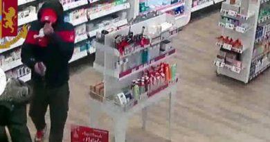 Un român care jefuia farmacii înarmat cu un pistol fals a fost arestat la Milano