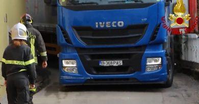 ITALIA: Un șofer român a distrus cu camionul acoperișul unei case și a doborât garduri și semne de circulație – VIDEO