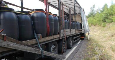 Camion condus de un șofer român, pericol pe o șosea din GERMANIA. Încărcătura dădea pe dinafară